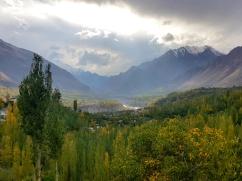 Vue depuis Karimabad et sur le fleuve Hunza.