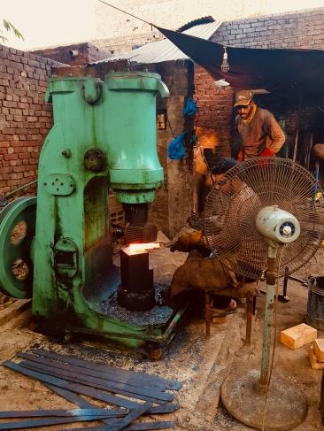 Travail du fer avant la confection d'une série de couteau à Wazirabad.