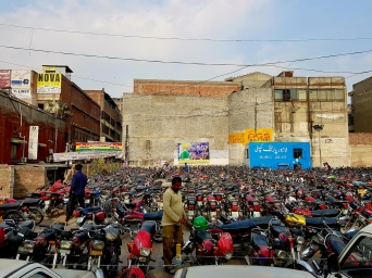 Parking deux roues. L'Asie est le royaume des cycles à moteur !