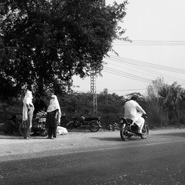 Femmes attendant le bus - Route vers Wazirabad